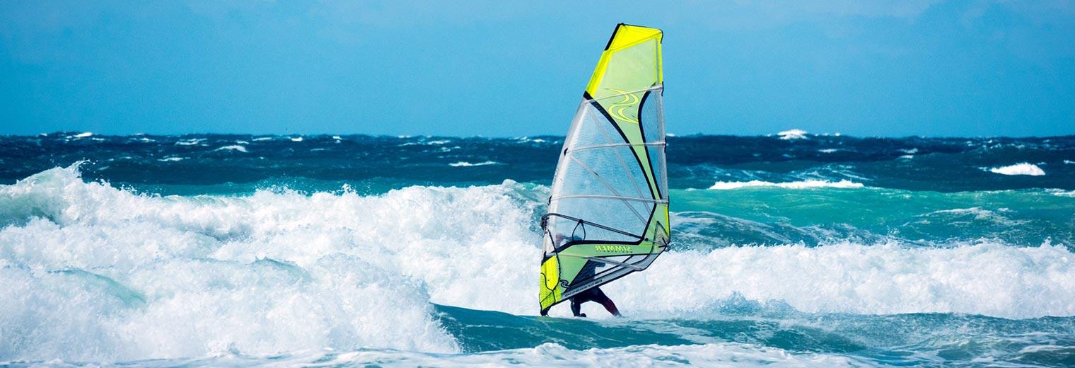 Ny vind i seilene illustrasjon med brettseiler