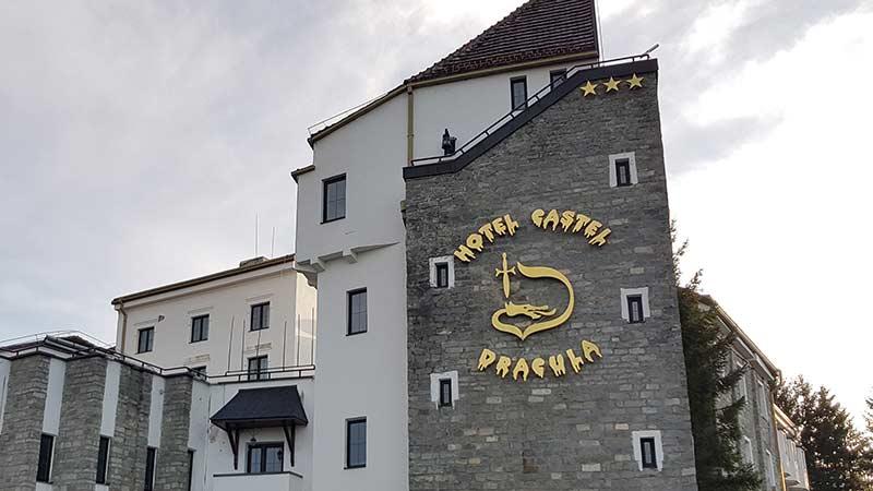 Merkevarebygging eksempel: Hotel Castel Dracula i Transylvania - logo på vegg